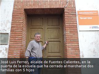 José Luis Ferrer, alcalde de Fuentes Calientes, en la puerta de la escuela que ha cerrado al marcharse dos familias con 5 hijos